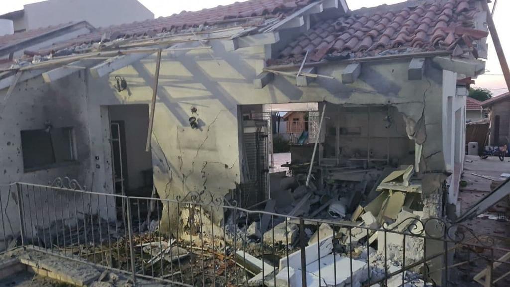 בית הרוס נזק נזקים פגיעה פגיעת טיל רקטה רקטות ב אשקלון מבצע שומר החומות