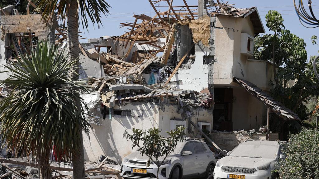בית ביהוד שספג פגיעה ישירה נזק נזקים פגיעה פגיעת טיל רקטה רקטות ב בניין בית מבצע שומר החומות