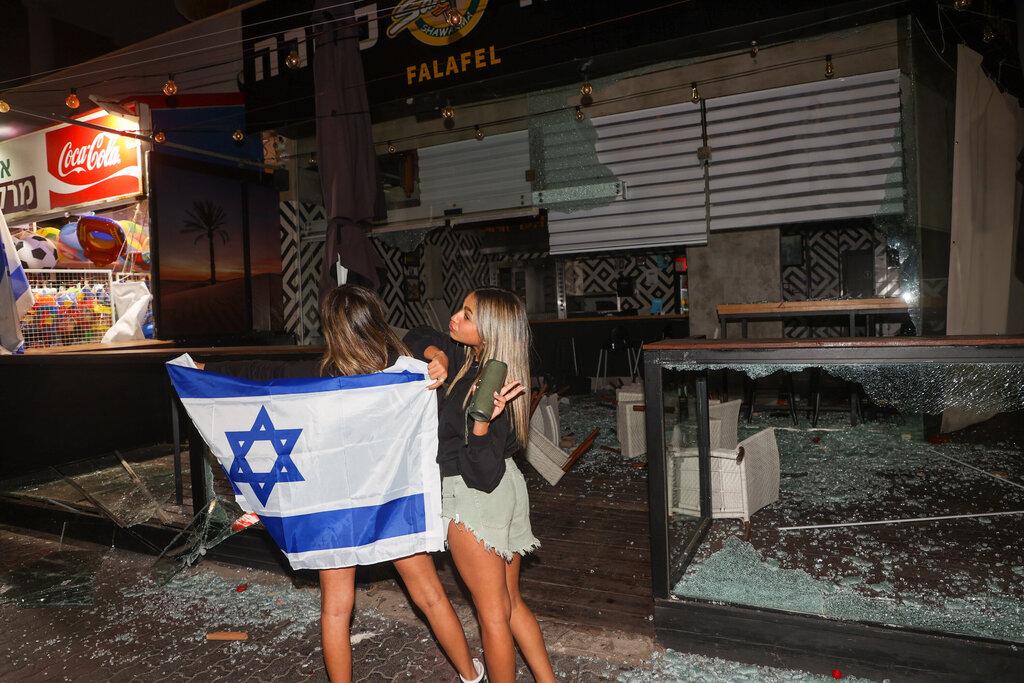 נזק עימותים מהומות אלימות פגיעה ב עסקים ערבים ב טיילת בת ים על ידי יהודים