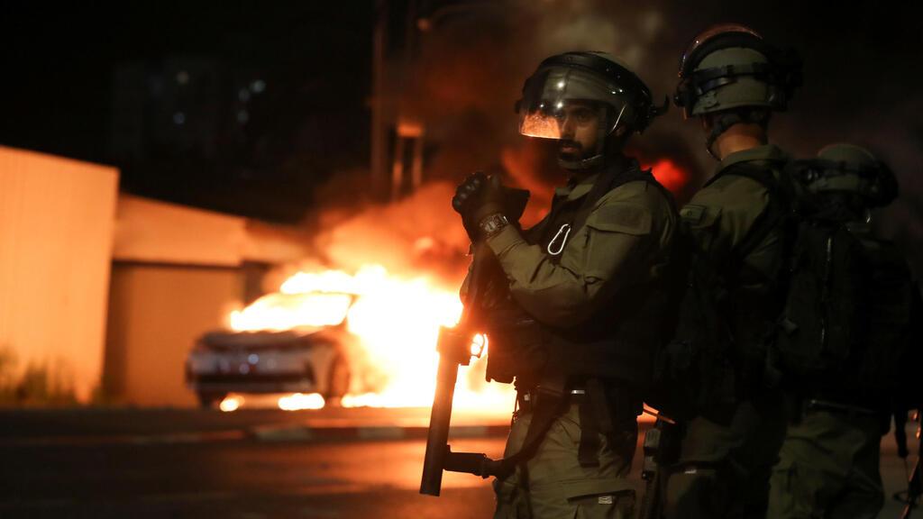 לוד התפרעויות מכונית משטרה שריפה אש מהומות ערבים