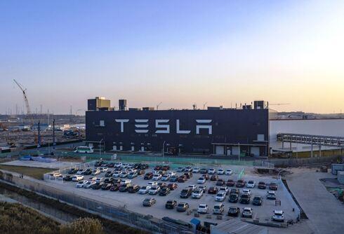 מפעל מכוניות טסלה בשנגחאי סין, בלומברג