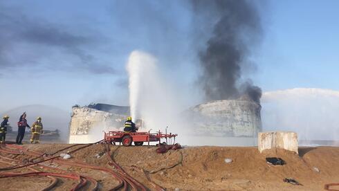 """הושגה שליטה על האש במיכל הדלק של תש""""ן; זיהום אוויר גבוה באיזור"""