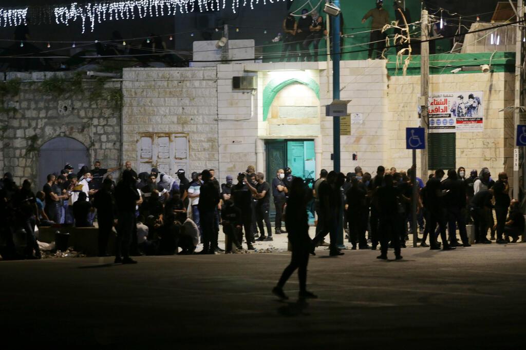 מתפרעים ערבים כוחות משטרה שוטרים ב לוד לקראת מהומות התפרעויות שומר החומות