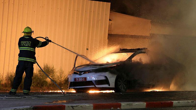 מכבים מכונית משטרה שנשרפה ב לוד התפרעויות
