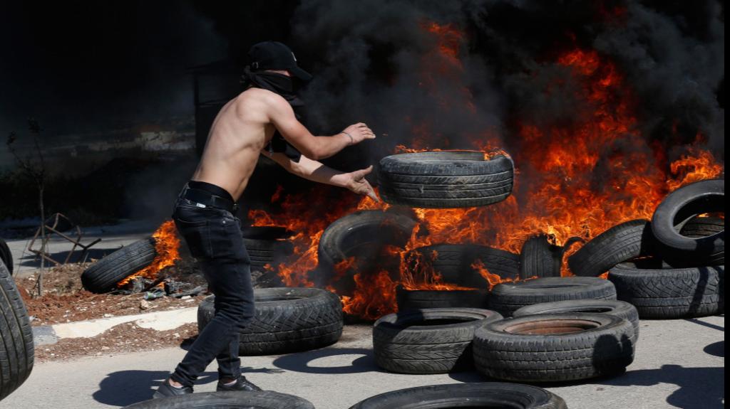 """מפגין פלסטיני מתעמת עם חיילי צה""""ל במחסום ליד ג'נין"""