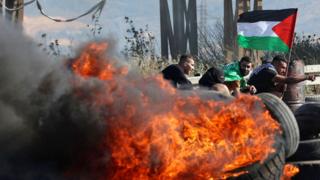 הפגנת פלסטינים במחסום חווארה ליד שכם,  AFP / JAAFAR ASHTIYEH