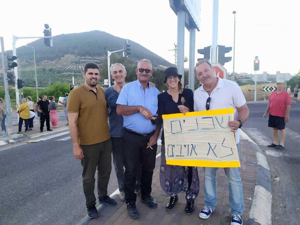 הפגנה למען דו קיום ב צומת גזית עומדים ביחד