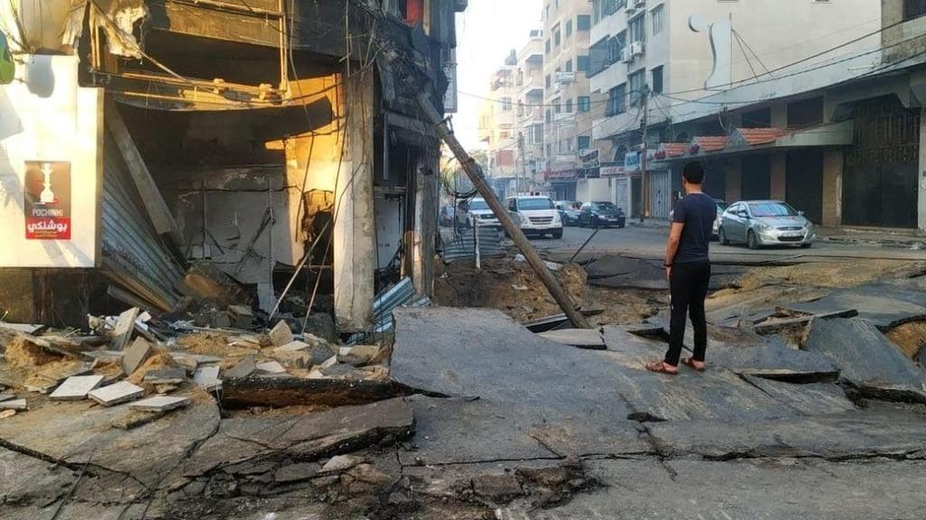 """כביש בעזה לאחר הפצצת צה""""ל"""