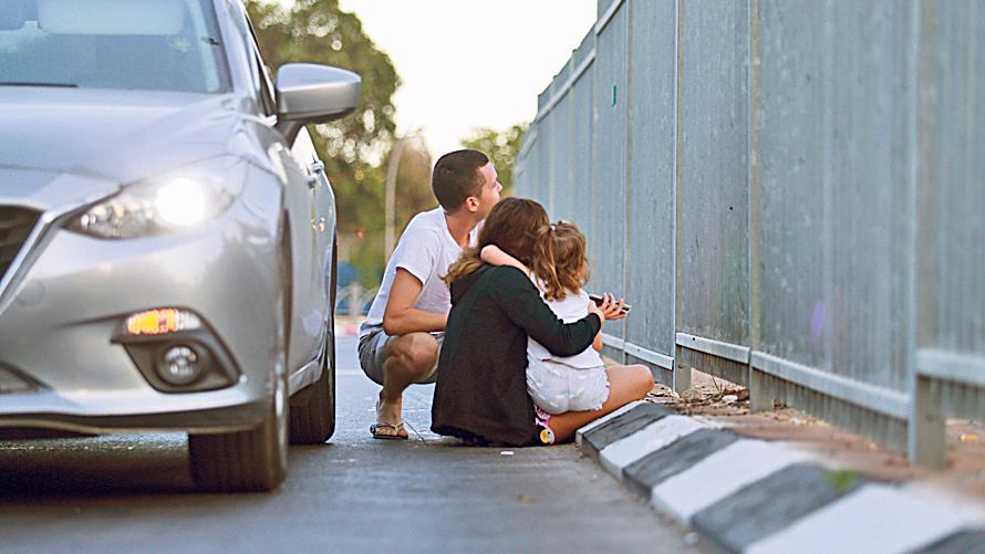 משפחה שיצאה מהרכב מחשש לפגיעת טילים