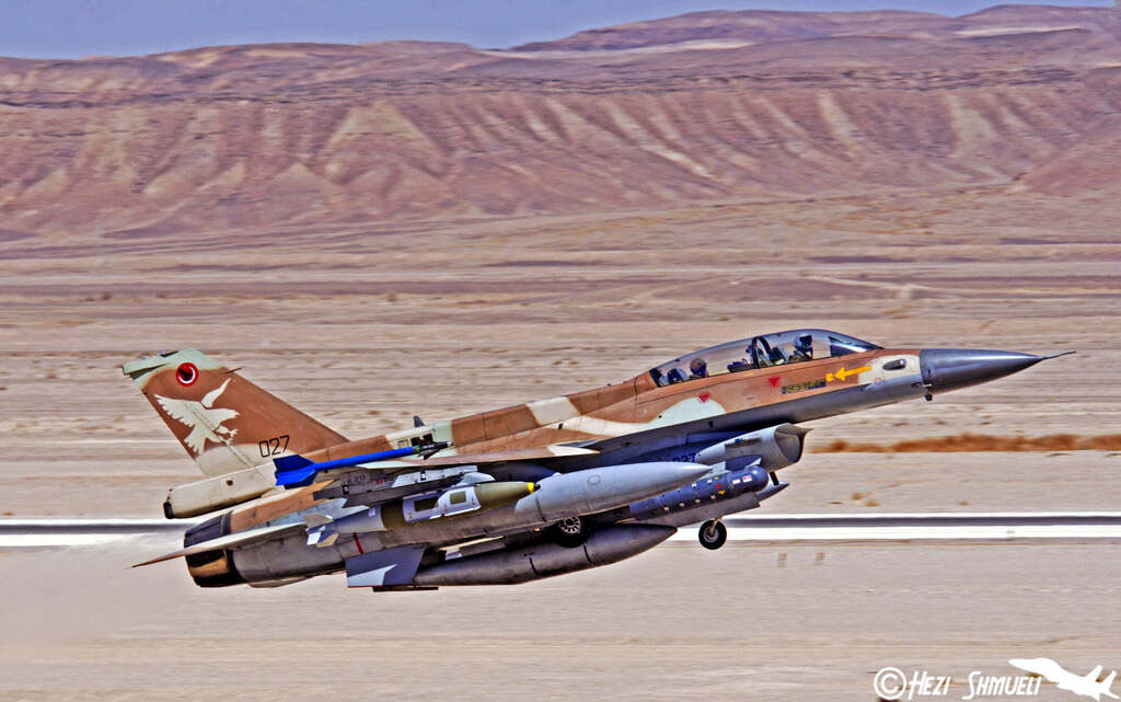 F-16 אף-16 של חיל האוויר חמוש בפצצות JDAM