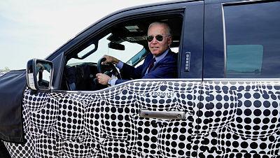 ג'ו ביידן נוהג ברכב חשמלי של פורד