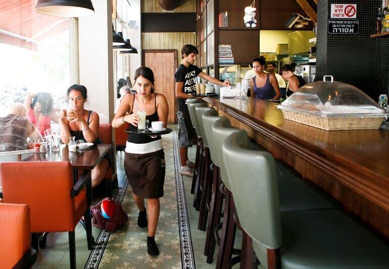 מלצרית בית קפה אתנחתא מלצר מלצרים