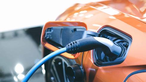 רכב חשמלי נטען, צילום: שאטרסטוק