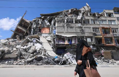 בניין בעזה שנהרס בהפצצת חיל האוויר. 17,800 דירות נפגעו בסבב האחרון, צילום: איי אף פי