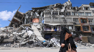 בניין בעזה שנהרס בהפצצת חיל האוויר בשבוע שעבר. 17,800 דירות נפגעו בסבב האחרון, צילום: איי אף פי