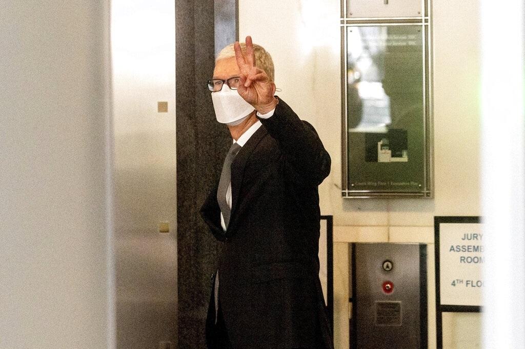 """מנכ""""ל אפל טים קוק בבית המשפט בקליפורניה"""