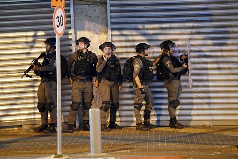 """שוטרים בשבוע שעבר ביפו בעקבות המהומות. """"צפיתי בחדשות כמו בסרט אפוקליפטי, רואה ולא מאמין"""" , צילום: יאיר שגיא"""