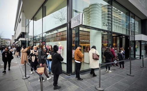 פתיחה מחודשת של סניף זארה ברוטרדם, באפריל. המכירות המקוונות זינקו בשנה שעברה ב־77% , צילום: איי אף פי