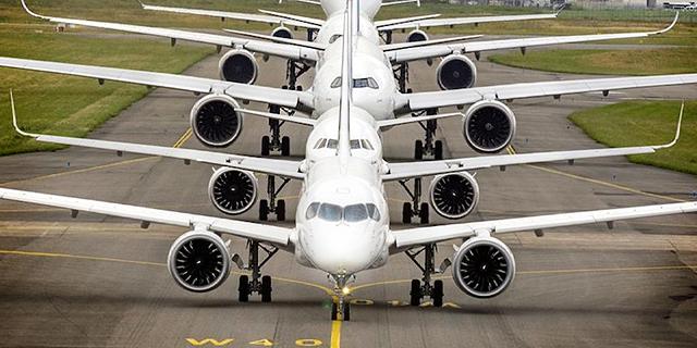 הקברניט מטוס נוסעים בואינג איירבוס 1