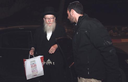 יעקב ליצמן עם שקית המעדנייה שעליה ניסה להגן בניגוד לחוק, צילום: אוהד צויגנברג