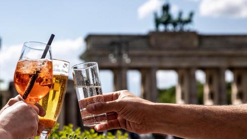 משיקים כוסית בשער ברנדנבורג בברלין מאי 2021, צילום: אי פי איי