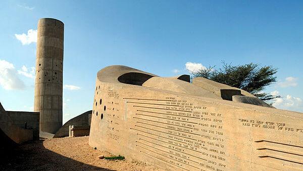 אנדרטת הנגב שיצר דני קרוון