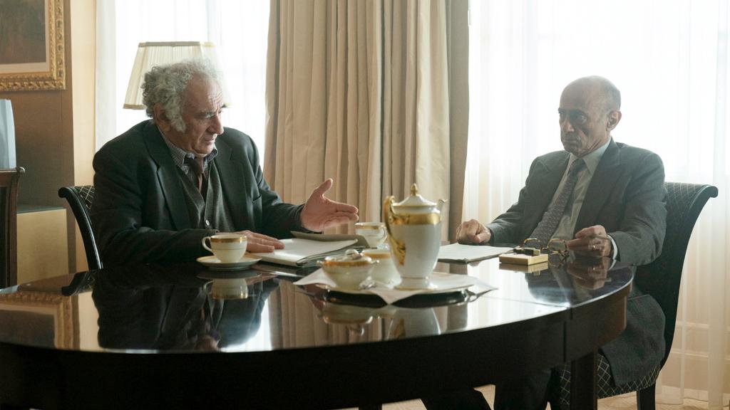 מימין סלים דאו כאבו עלא ו דב גליקמן כיאיר הירשפלד מתוך הסרט אוסלו של HBO