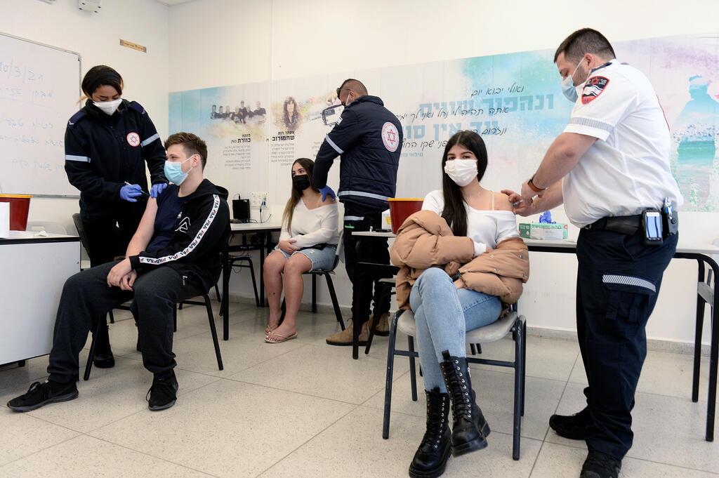 פראמדיקים של מדא מחסנים בני נוער ב חיסון של פייזר נגד נגיף קורונה בית ספר אורט לוד