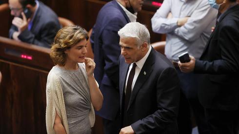 יאיר לפיד ותמר זנברג במליאת הכנסת, צילום: אלכס קולומויסקי