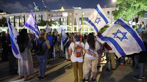 הפגנה בכיכר הבימה בעד ממשלת השינוי, הערב, צילום: אי פי איי