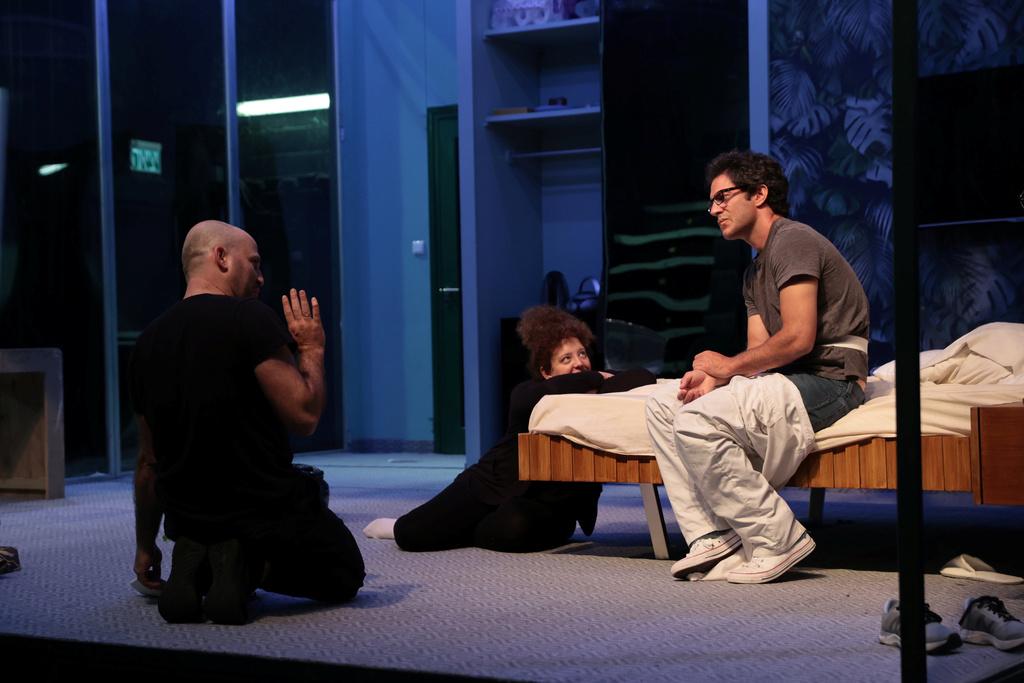 השחקנים נדב נייטס וכנרת לימוני עם ה במאי עירד רובינשטיין, חזרות של אהבה ומגיפה קאמרי