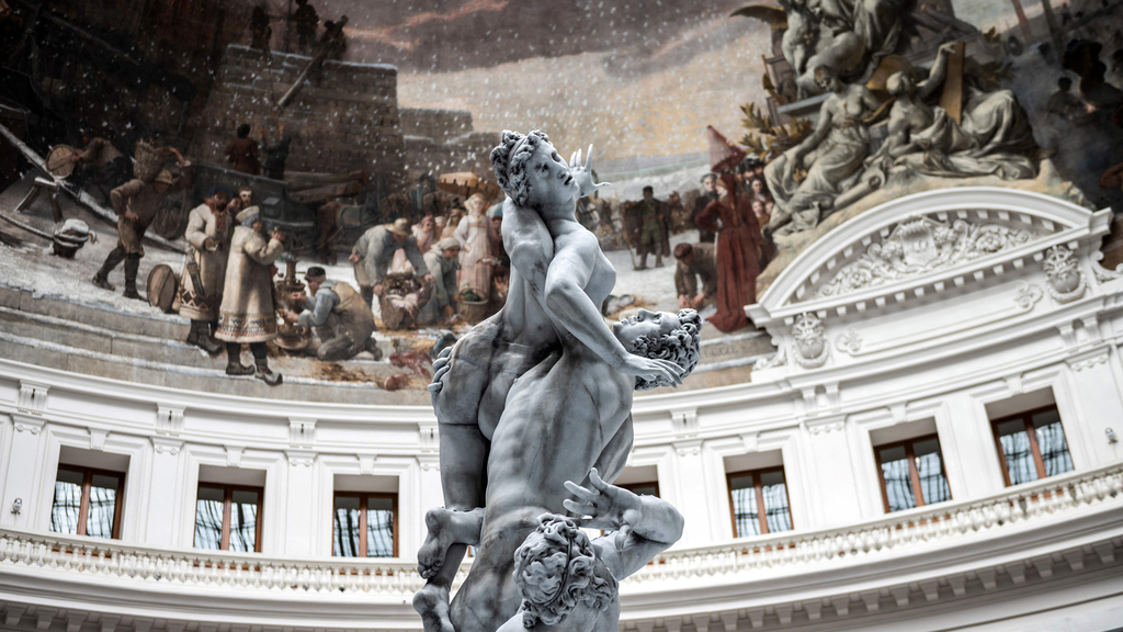 פסל שעווה של אורס פישר ליד הציור הקולוניאליסטי צרפת המנצחת פנאי