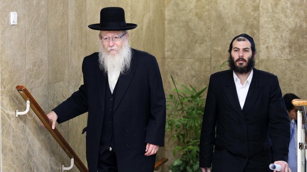 מימין מוטי בבצ'יק ושר השיכון יעקב ליצמן