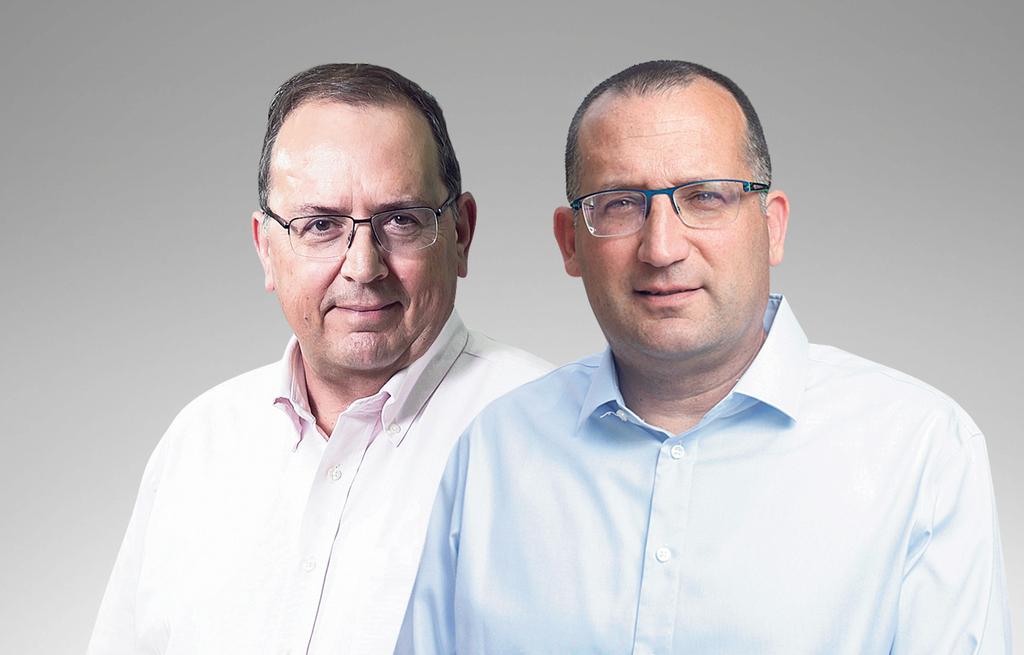 """מימין ראש עיריית גבעתיים רן קוניק ומנכ""""ל חברת חשמל עופר בלוך"""