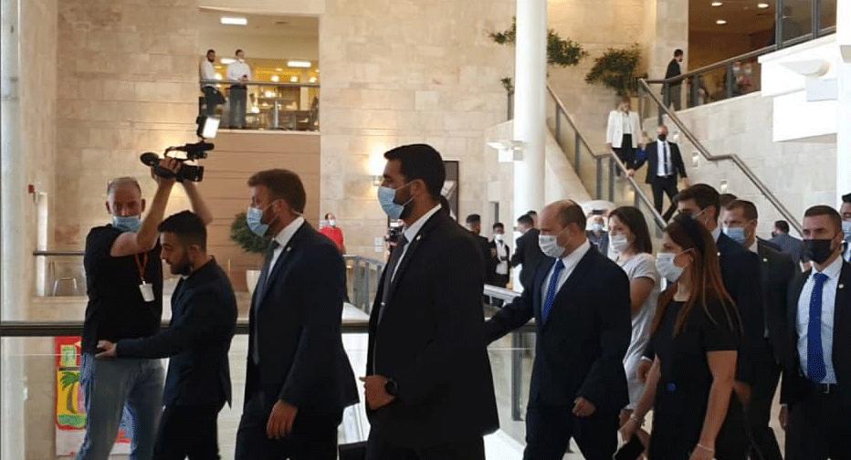 נפתלי בנט מגיע הגיע ל כנסת השבעה השבעת ממשלה 36 ממשלת שינוי