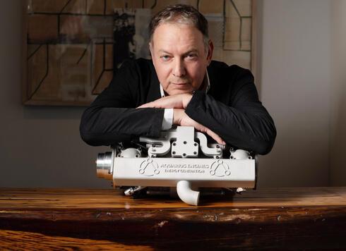 """מייסד ויו""""ר אקוואריוס גל פרידמן ומנוע שייצרה החברה, צילום: רמי זרנגר"""