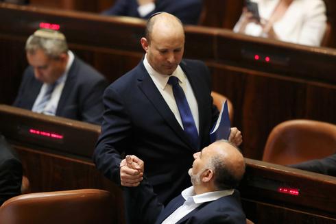 נפתלי בנט לוחץ את ידו של מנסור עבאס, צילום: איי פי