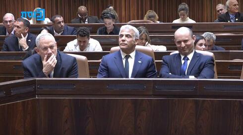 בנט, לפיד וגנץ ליד שולחן הממשלה, צילום: ערוץ כנסת