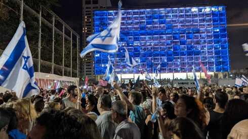 אלפים בכיכר רבין חוגגים את השבעת ממשלת בנט לפיד, יונתן אפק לוי