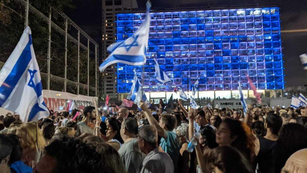 כיכר רבין ב תל אביב חוגגים את השבעת ממשלת בנט לפיד