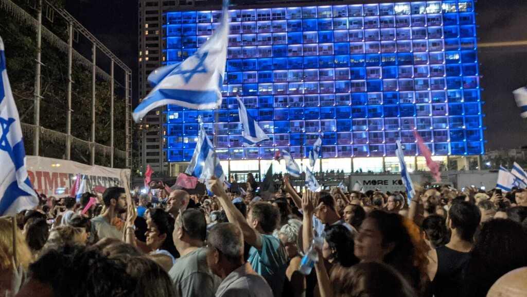 """ת""""א חוגגת את השבעת הממשלה: אלפים בכיכר רבין"""