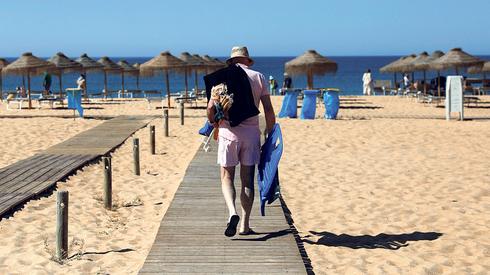 חוף ים בפורטוגל, החודש. מגזר התיירות במשבר, צילום: רויטרס