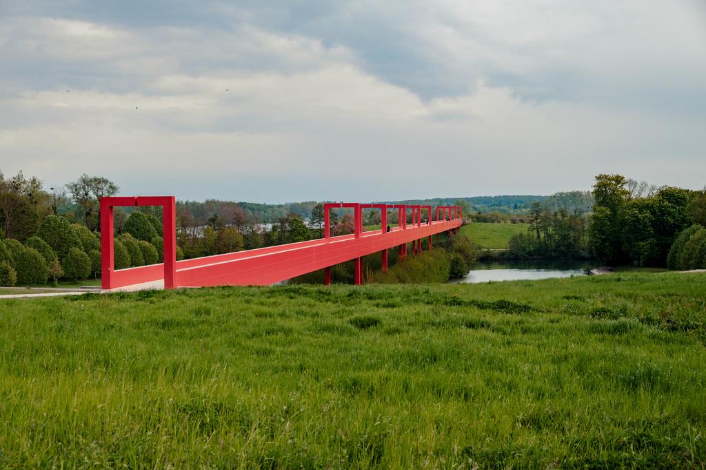 פנאי תצוגה של לואי ויטון על גשר