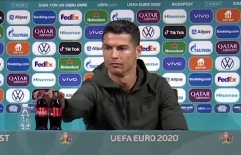 כריסטיאנו רונלדו מרחיק 2 בקבוקי קוקה-קולה במסיבת העיתונאים של היורו , צילום מסך: UEFA Euro 2020