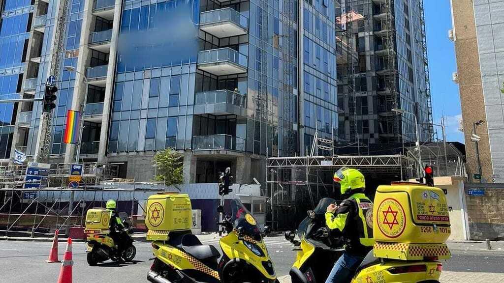 הרוג בקריסת פיגום חשמלי באתר בנייה בתל אביב