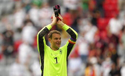 מנואל נוייר שוער נבחרת גרמניה עם סרט הקהילה הגאה במשחק מול פורטוגל ביורו 2020, איי פי