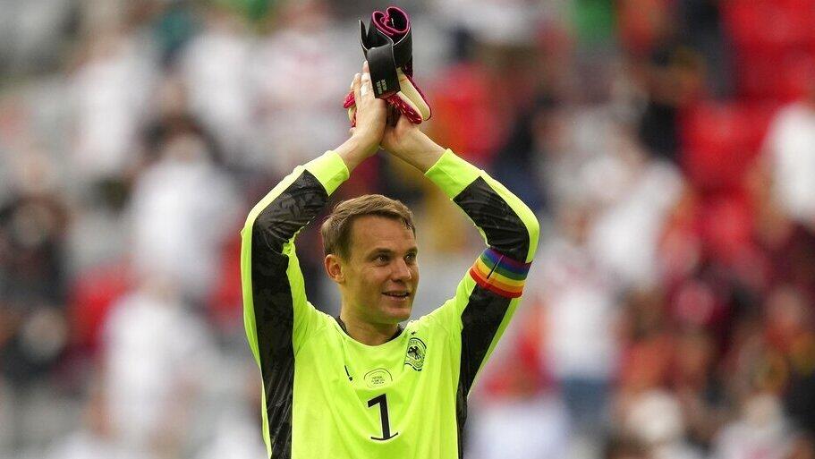 מנואל נוייר, שוער נבחרת גרמניה עם סרט הקהילה גאה, יורו 2020, איי פי