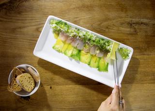 מנת סשימי קליפורניה מסעדת פסקדו פנאי, צילום: דן לב