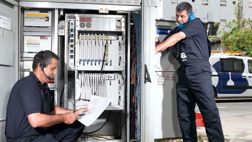 טכנאי בזק בעבודה, צילום: דוברות בזק