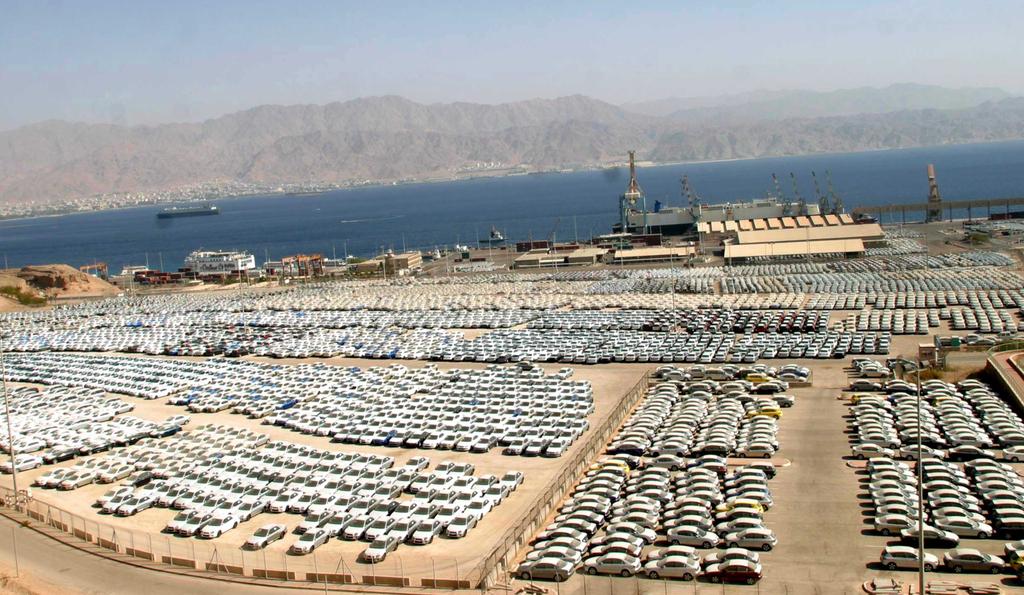 עשרים ו שתיים אלף מכוניות  חדשות ב חניון מכוניות ענק ב נמל אילת